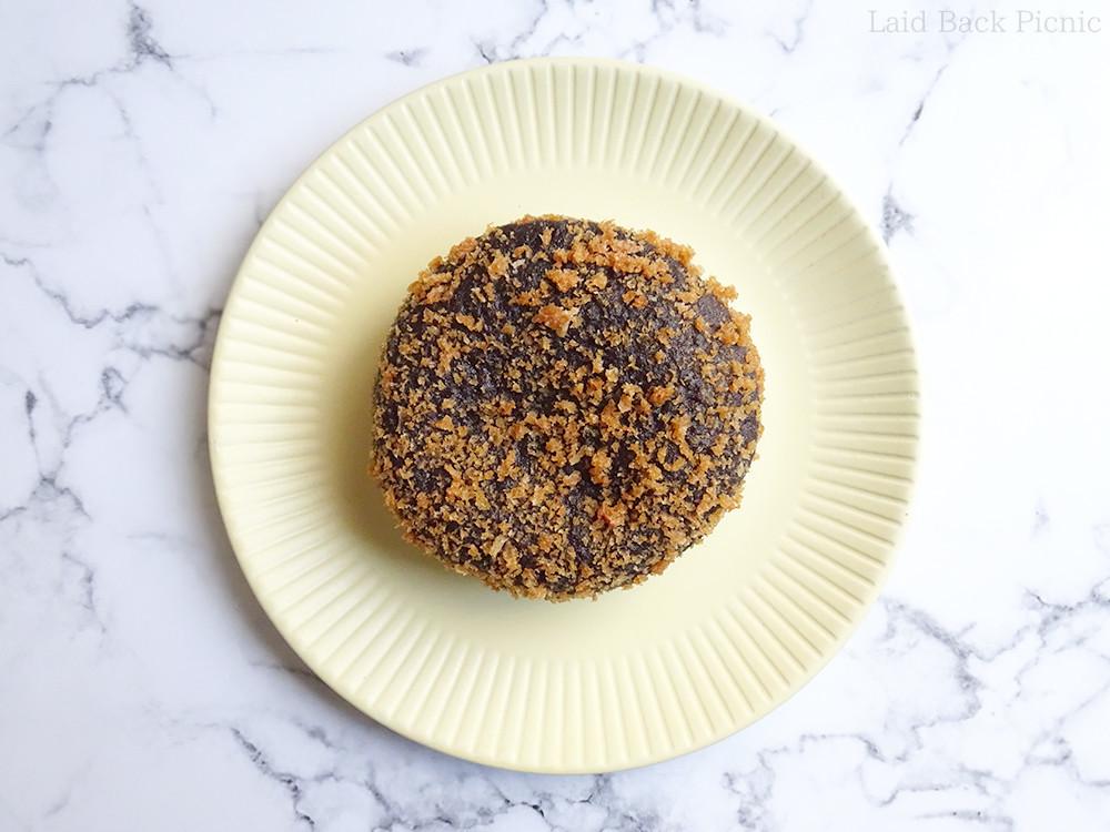 黒っぽいパン生地にパン粉が水玉模様のようについている
