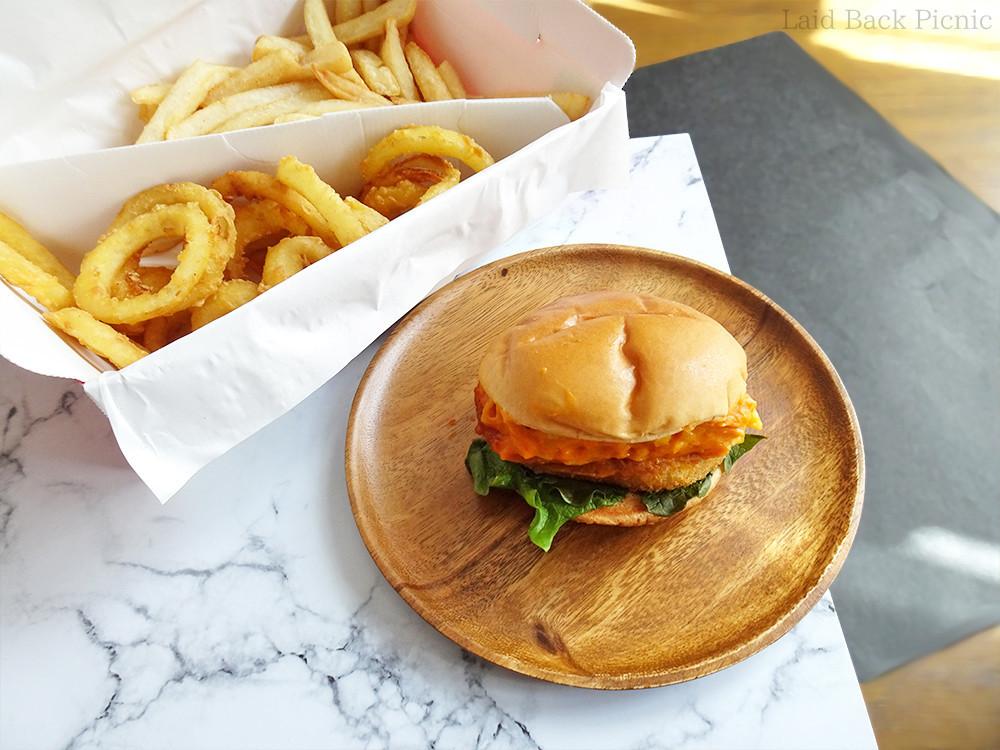 たっぷりマッケンチーズ入りのハンバーガー