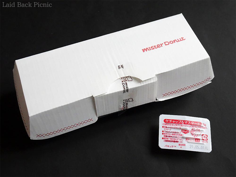 白いボックス入りで、別添えのケチャップ&ソーセージ