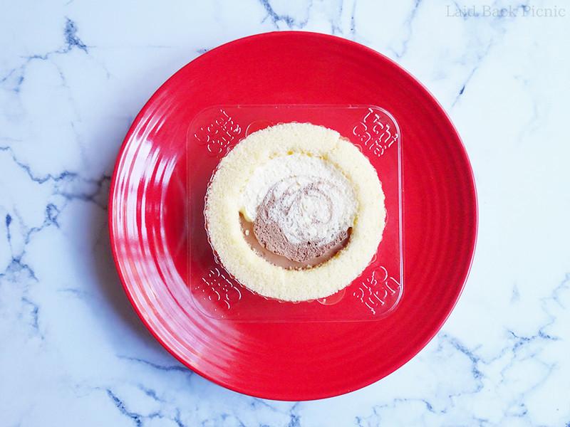 マーブル状にチョコクリームとカスタードクリーム入りのロールケーキ
