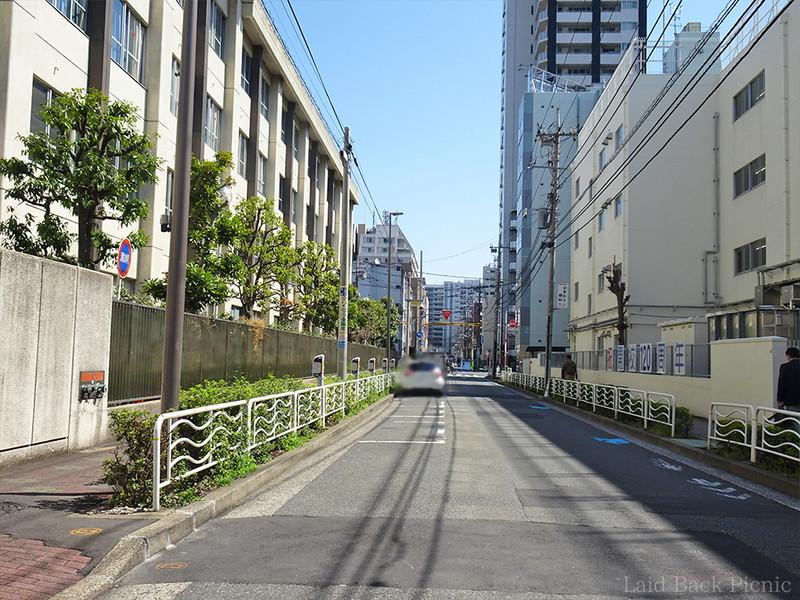 一方通行の左端に駐車スペースが並んでいる