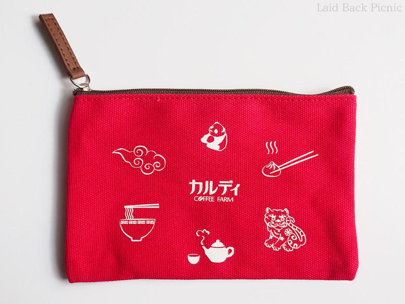 表は真ん中にカルディのロゴと、台湾にちなんだイラストが6種類描かれている