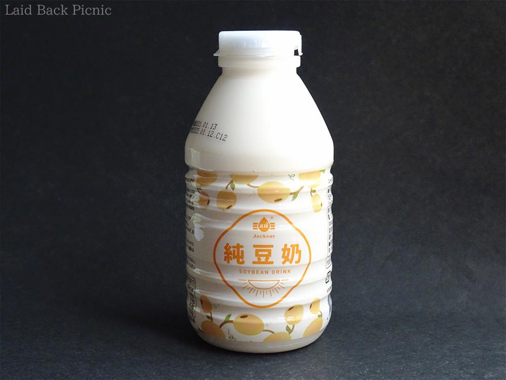 中身が見えるボトルタイプで、パッケージは薄いオレンジ色のテキスト入り