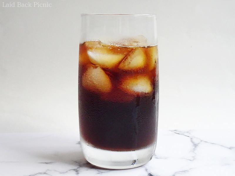 グラスに氷を入れてコーヒーを注ぐ