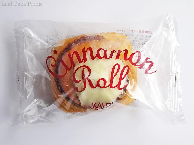 透明の袋に1個入の冷凍シナモンロール