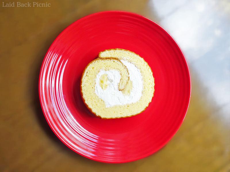 ロールケーキなので元々断面が見えていて、2種類のクリーム入り