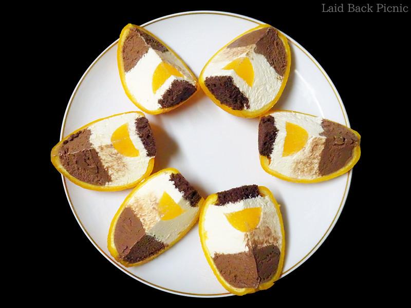 4等分したまるごとオレンジケーキを開くように皿に並べる