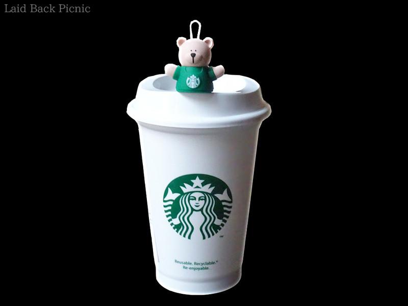 スターバックスの紙カップと同じ白いデザインのリユザーブルカップと、飲み口にさして使うキャップ