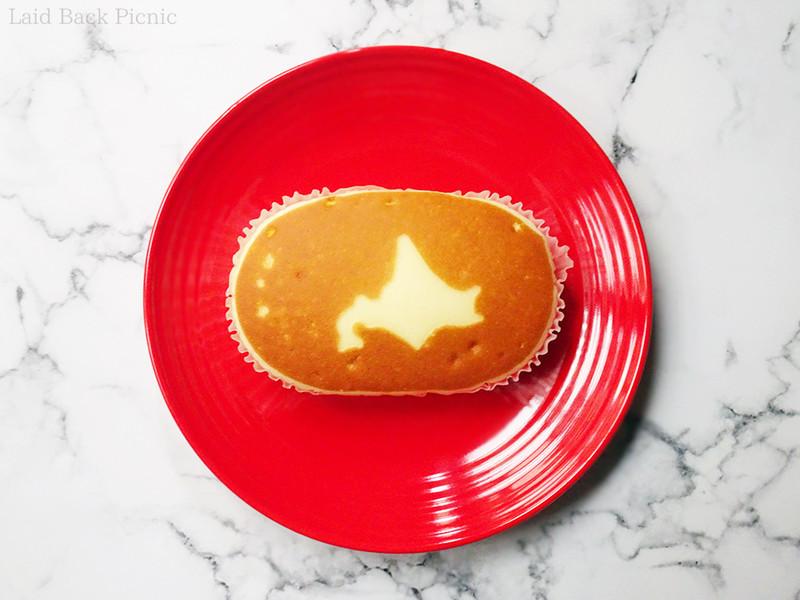 楕円形の蒸しケーキの表面に北海道のシルエット