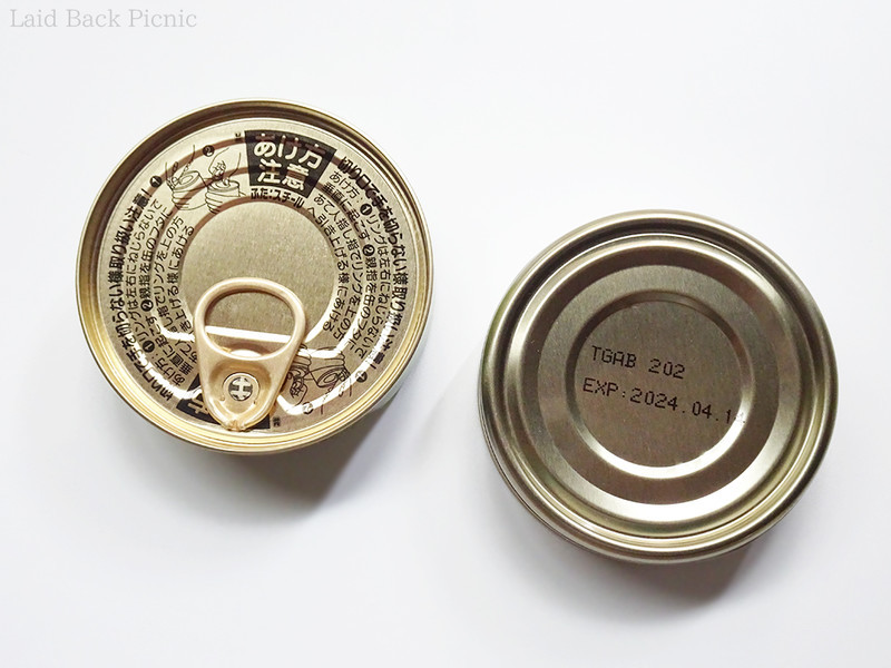 缶の底面に賞味期限が表記されている