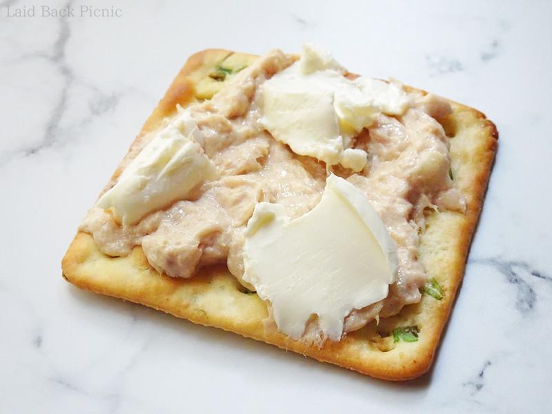 クリームチーズとまぐろパテを交互に乗せる