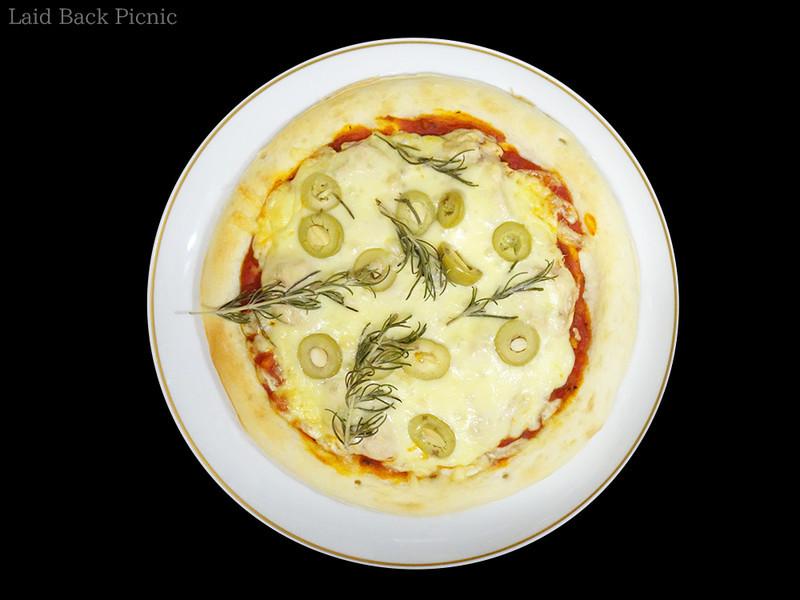 まぐろパテ、とろけるチーズ、モッツァレラチーズ、オリーブ、ローズマリーを使用