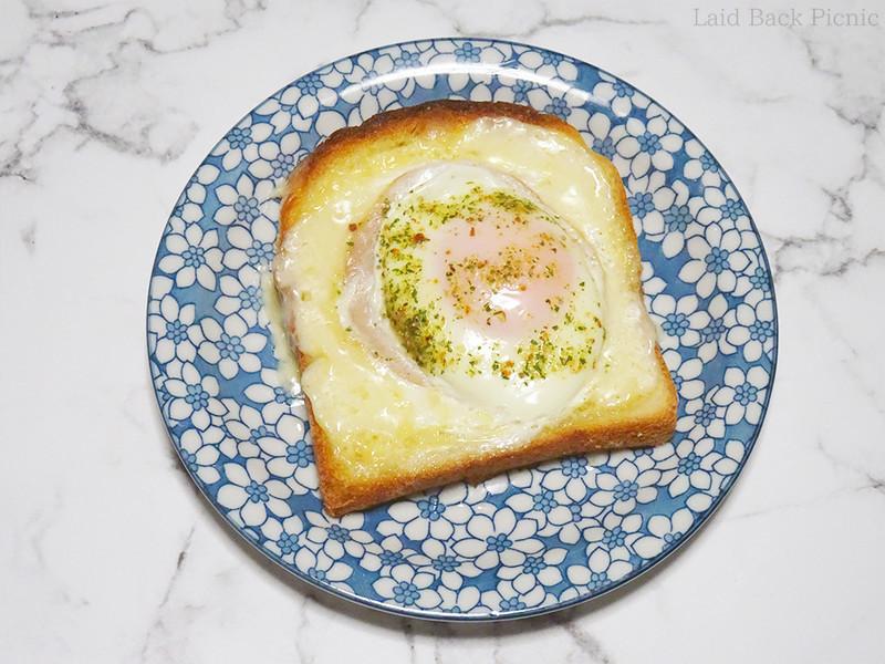 食パンにマヨネーズで囲いを作って卵を割り入れトースターで焼く簡単レシピ