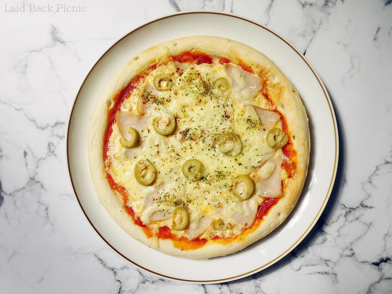 ピザソースの上にハムとオリーブ、チーズを乗せて焼くだけ