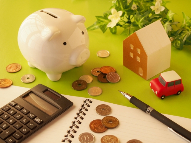 子豚の貯金箱と電卓と小銭