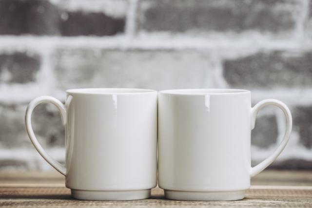 ぴったりとくっついた2つのマグカップ