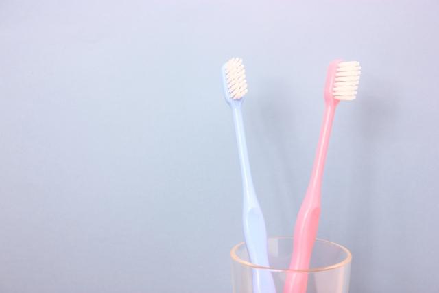 青とピンクの2つ並んだ歯ブラシ