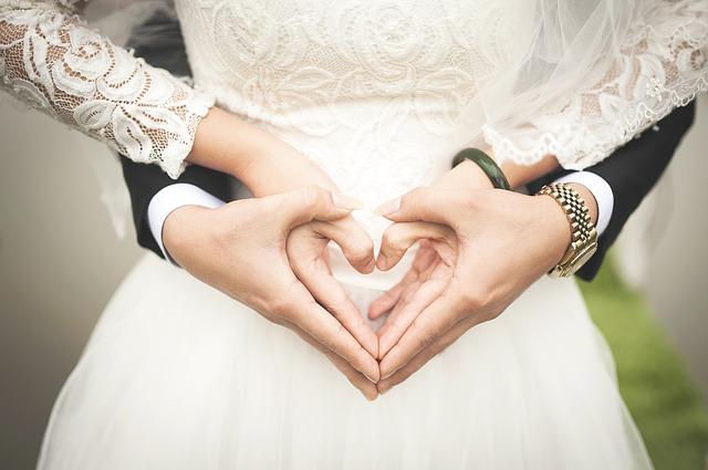 結婚した男女の手