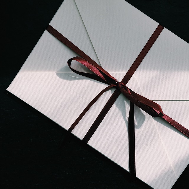 赤いリボンがついた手紙