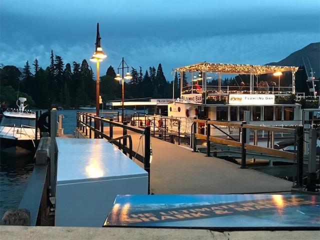 夕暮れのクイーンズタウンの遊覧船