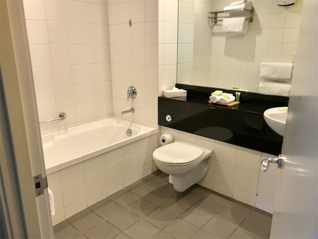 シーニックスイーツホテルのバスとトイレ