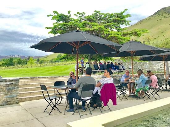 ガーデンテラスでワインを楽しむ人々
