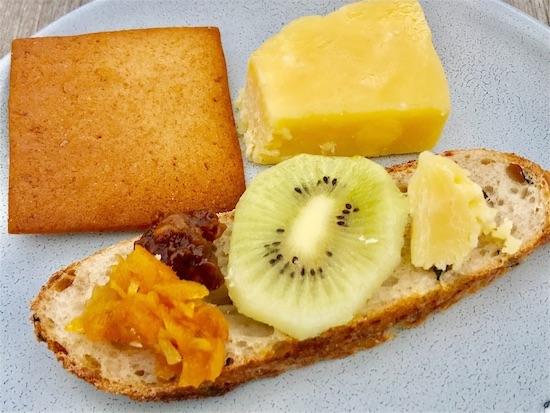 クッキー、パン、ジャム、チェダーチーズ、キウイ