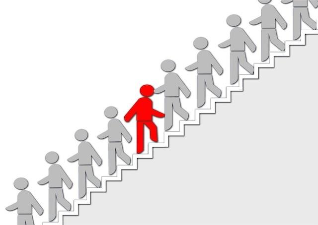 周りの人たちと逆方向に階段を上る人