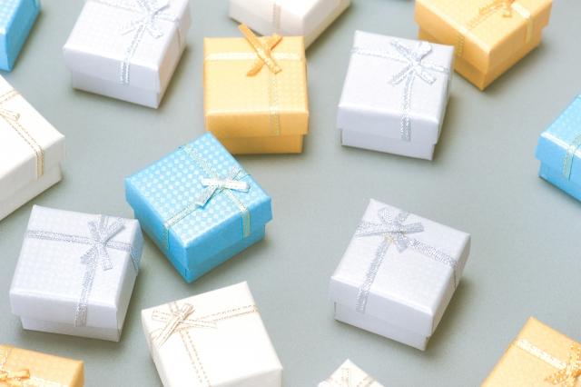 たくさんの小さなプレゼントの箱