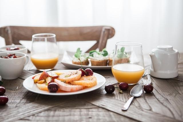 パンやフルーツなどのオシャレな食卓