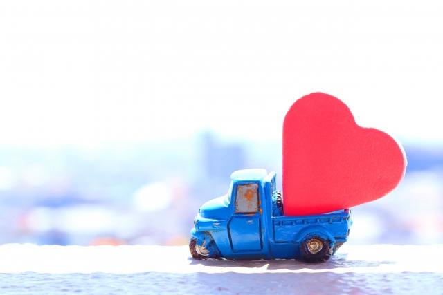 ハートを運ぶ青いトラック