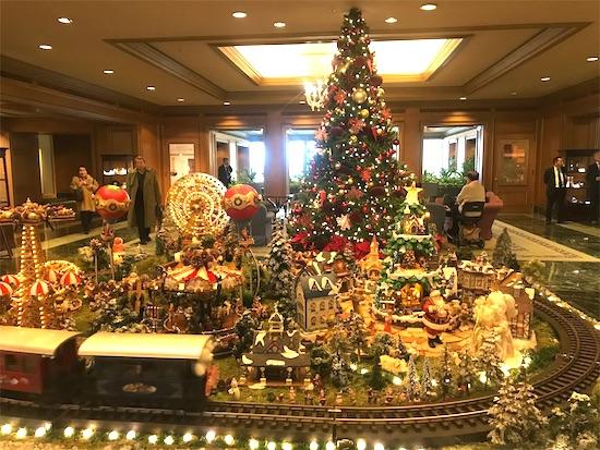 椿山荘のクリスマスツリーとおもちゃの電車のオブジェ