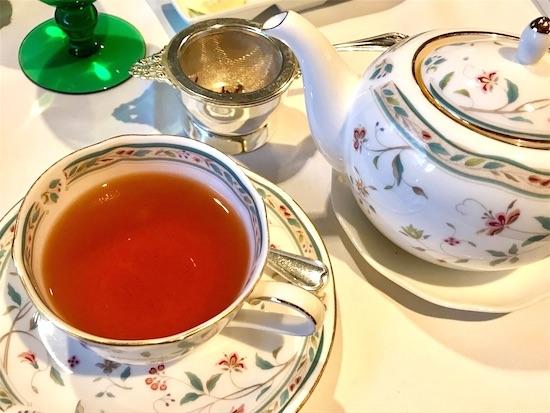 紅茶のティーポットとティーカップ&ソーサー