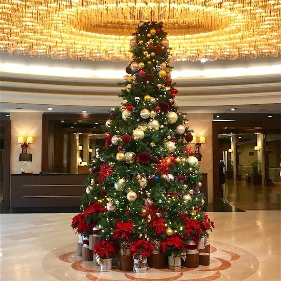 椿山荘入り口のクリスマスツリー