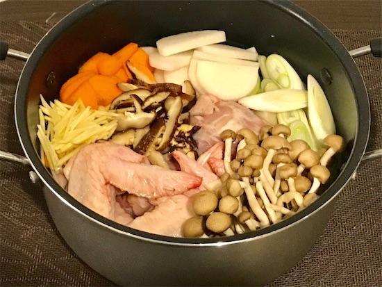 鍋に入ったボーンブロススープの具材