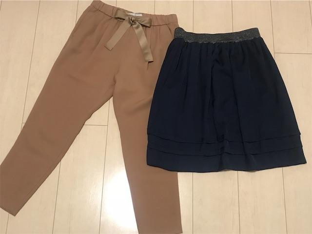 ベージュパンツとネイビーのスカート