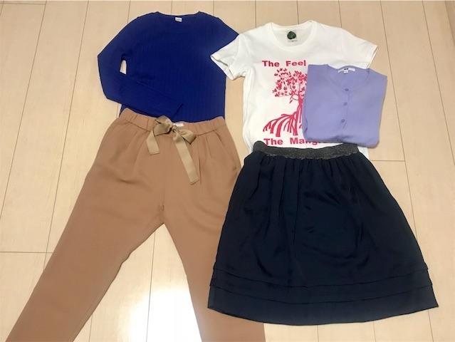 青いニット+ベージュパンツ、白Tシャツ+ネイビーのスカートにパープルのカーディガン