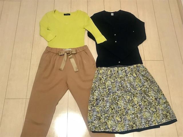イエロートップス+ベージュパンツ、ネイビーカーディガン+花柄スカート