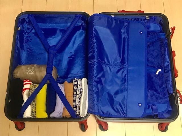 スーツケースに洋服とウルトラライトダウンを詰めた状態