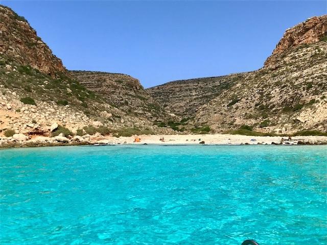 ランペドゥーザの海が青いビーチ