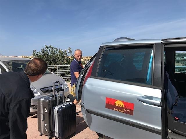 空港へのホテルの迎えの車とオーナー