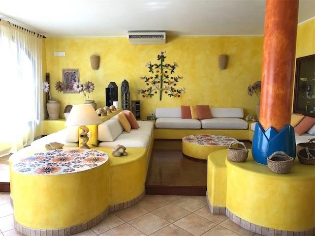黄色い壁のホテルのロビー