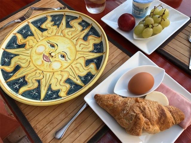 ホテルの朝食(パン、たまご、ハム、フルーツなど)