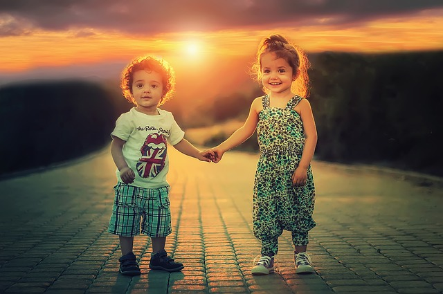 手をつなぐ幼い姉と弟