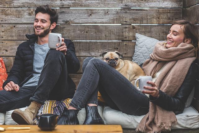 おだやかに談笑するカップルと犬