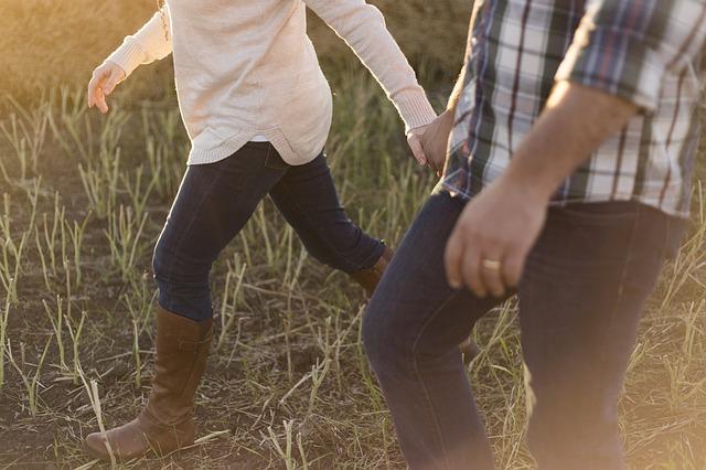 手をつなぎ並んで歩くカップル