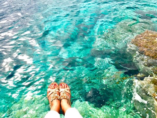サントリーニ島の青い海とわたしの足