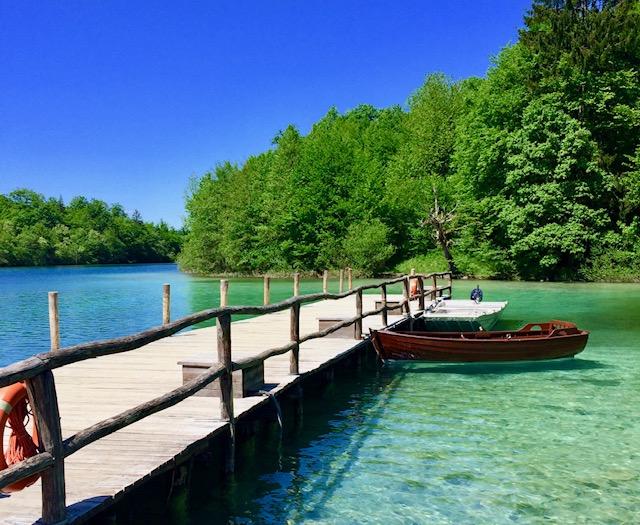 プリトヴィツェ国立公園の青い湖と桟橋