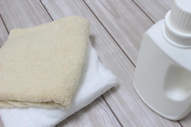 タオルと洗濯洗剤のボトル