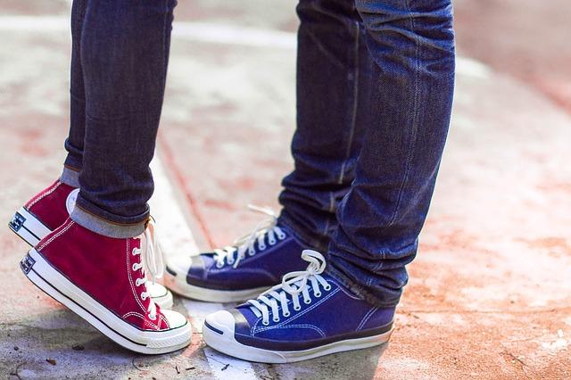 カップルの男性と女性の足下